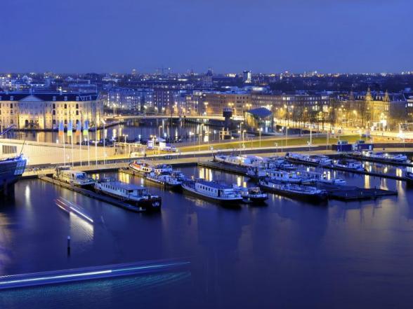 Amszterdam területének ötödrészét az öböl, a kikötőmedencék, a csatornák, és a folyók vízfelületei foglalják el.