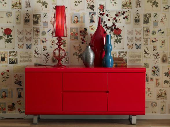 Az előszoba éke lehet ez az izgalmas formájú, színes asztali lámpa, amely visszafogott fényével sejtelmes hangulatot ad a helyiségnek.