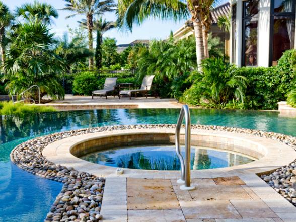 A medence egy olyan hely, ahol ellazulhatunk és felfrissülhetünk. A kert ékessége, mert látványa emeli kertünk és lelkünk energiaszintjét.