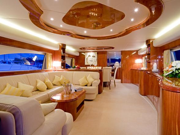 Pillantsunk be az elképesztő kényelmet és körülményeket kínáló, álmaink világát idéző luxus yachtok belső tereibe!